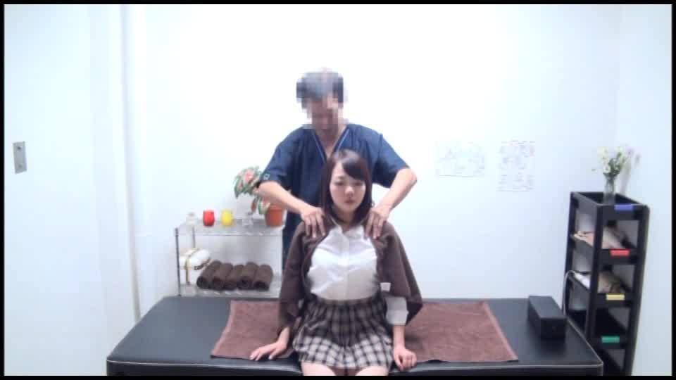 ムッチリした身体の女子高生がマッサージを受けに来たはずなのに電マで気持ちよくされイカされた後マッサージ師が暴走して中出しちゃう禁断H
