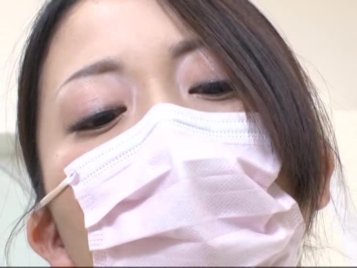 欲求不満の歯科助手の人妻が変態患者の巨根を手コキ!