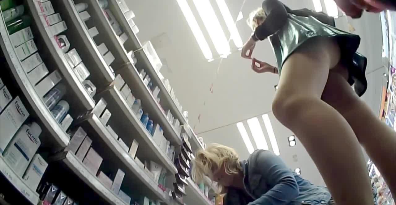 スーパーで買い物中のミニスカートお姉さんを逆さ撮りパンツ盗撮www