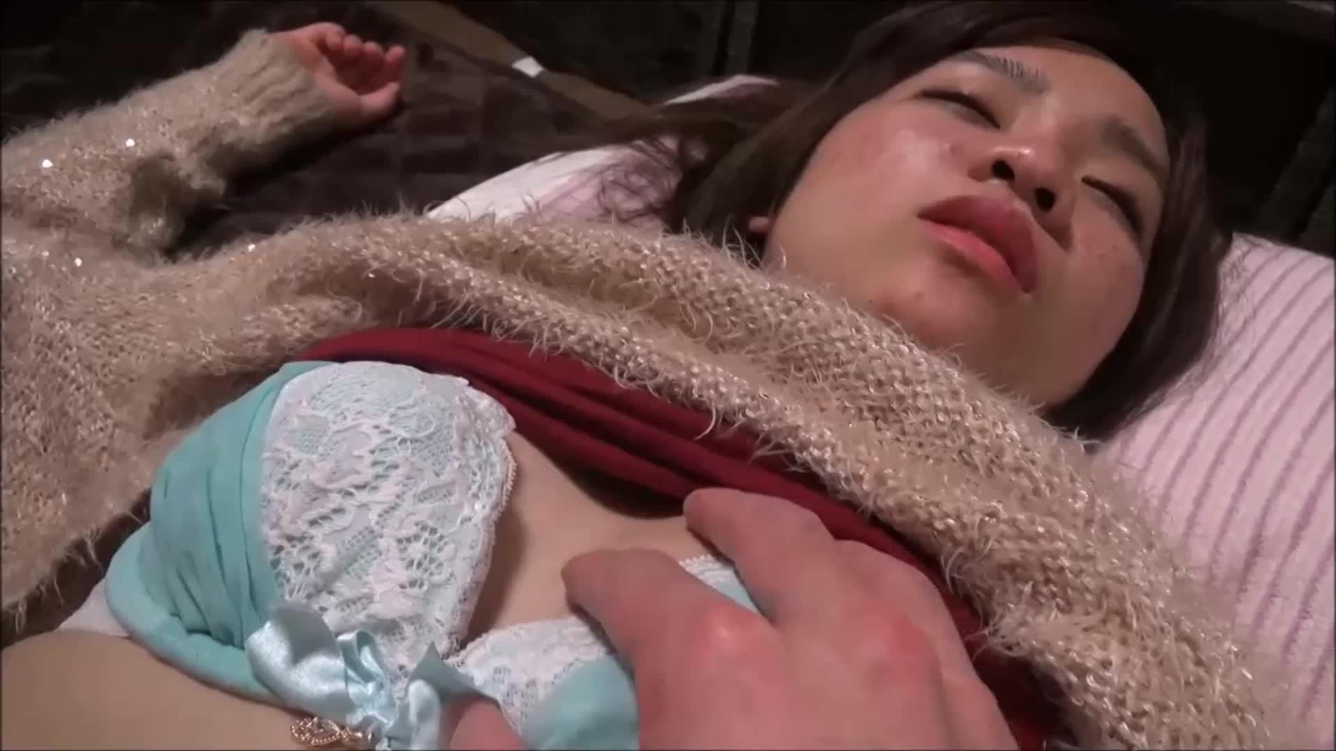 泥酔してるアキバ系女子のおっぱいもんだりチンポ握らせたり悪戯撮影!